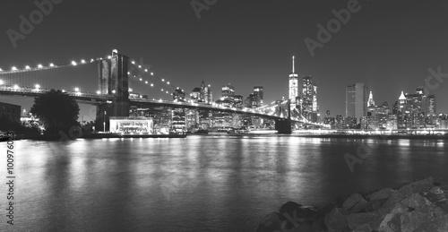 Czarno-biały obraz z Nowego Jorku w nocy.