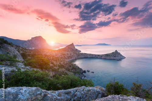 Plexiglas Lichtroze Beautiful colorful landscape. Sunrise in mountains at the sea