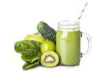 Green smoothie o batido verde con sus ingredientes aislado sobre fondo blanco, bebida antioxidante y energética para una dieta sana