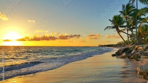 Zdjęcia na płótnie, fototapety na wymiar, obrazy na ścianę : Sunrise over tropical island