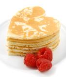 Pila di pancake a forma di cuore con lamponi