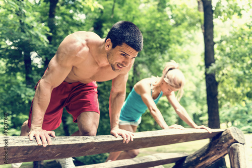 mata magnetyczna Fitness couple exercising in the park