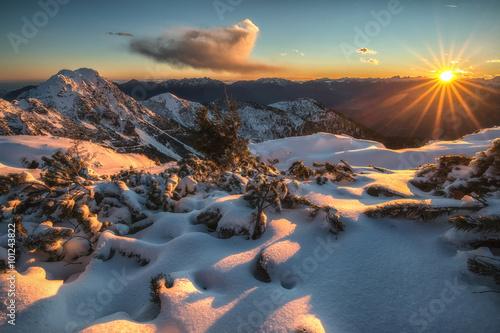 Poster Tramonto in montagna con raggi solari