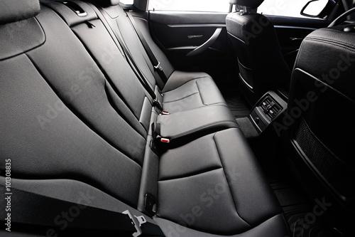 tylne siedzenie samochodu