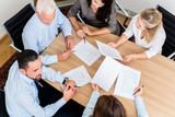 Rechtsanwälte lesen Dokumente bei Team Meeting in Kanzlei  - 101330482
