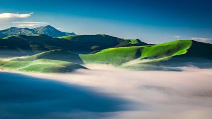 Mglisty świt w górach