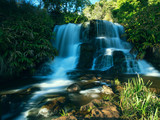 Flusslauf mit kleinem Wasserfall im Waimea Valley, Kauai, Hawai'i