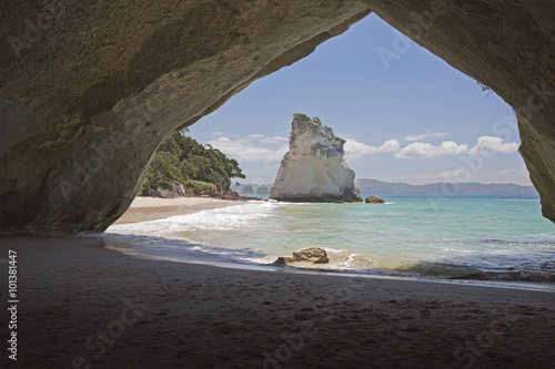 In de dag Cathedral Cove Te Hoho Rock seen from inside the tunnel.
