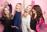 Fototapety Gruppe junger Frauen macht Partyfoto