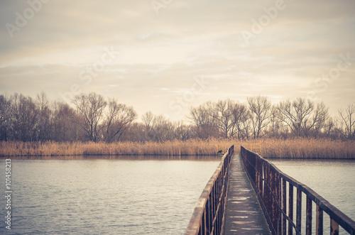 waski-stalowy-most-nad-jesien-jeziorem