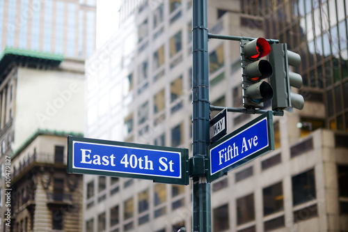 Intersection of East 40th street and 5th Ave in New York плакат