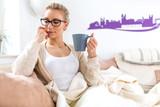 Fototapety Frau trinkt zu Hause Kaffee Tee Milch fühlt sich wohl genießt den Tag Nachmittag