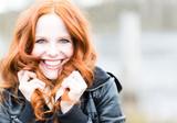 Fototapety Frau mit roten Haaren und Lachen