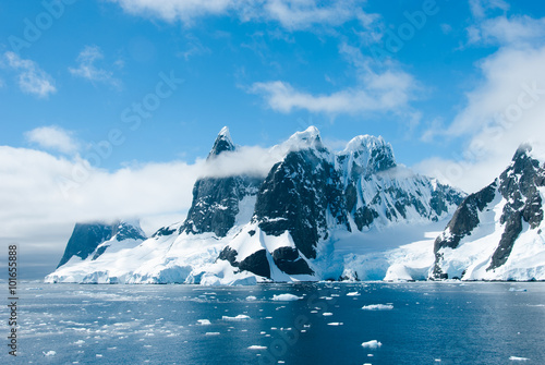 Papiers peints Antarctique Mountains of Antarctica in a beautiful sunny day