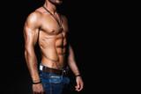svalová a sexy tělo mladé muže v džínách