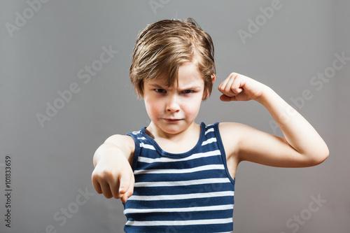 Junge zeigt Muskel und fordernd in die Kamera Poster
