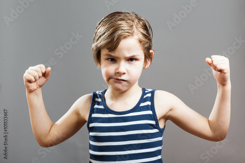 Poster Junge zeigt selbstbewusst seine Bizeps Muskeln