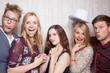Obrazy na płótnie, fototapety, zdjęcia, fotoobrazy drukowane : Freunde machen Gruppenfoto zusammen