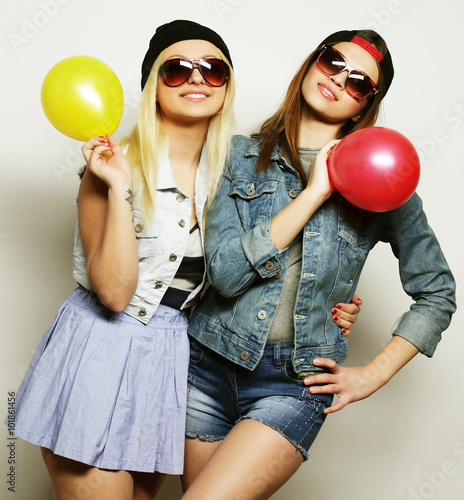 Fotobehang Muziek hipster girls smiling and holding colored balloons