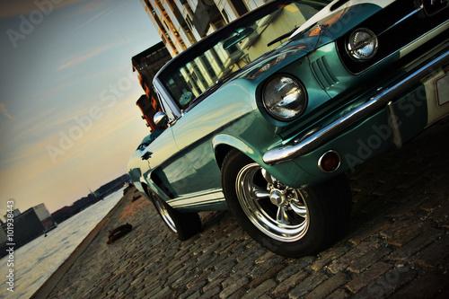 Shelby Replika Mustanga 350 w zachodzącym słońcu