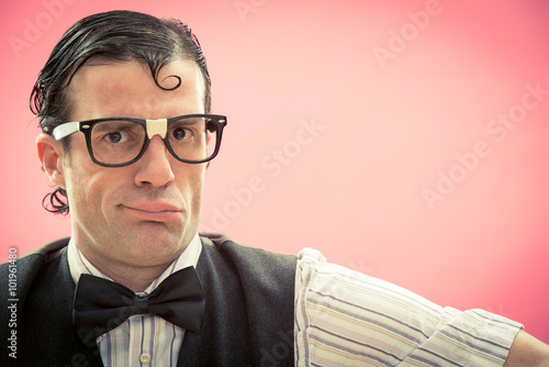 Poster Nerd man with glasses portrait on pink