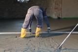 Pavimentista stende cemento