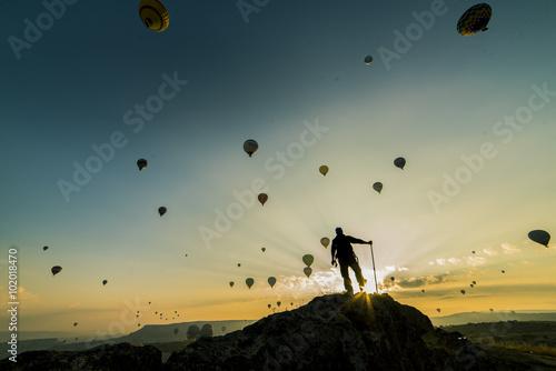 Fotobehang Wielersport gündoğumunda balonları izlemek