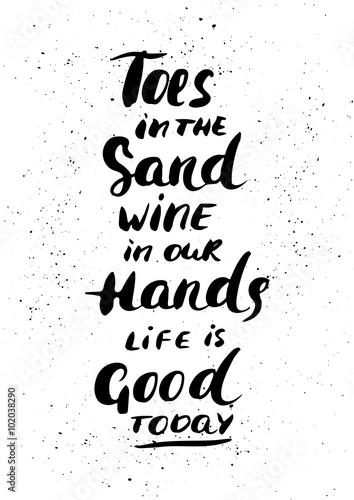 palce-w-piasku-wino-w-naszych-rekach-zycie-jest-dzis-dobre-recznie-malowana-nowoczesna-kaligrafia-atramentowa