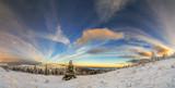 Panorama krajobraz górski zima wschód słońca