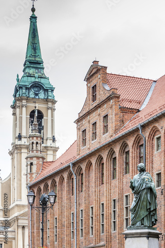 Fototapeta Nicolaus Copernicus monument in front of city hall of Torun, Ryn