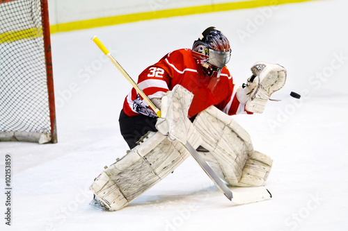 mata magnetyczna Hockey goalie in generic red equipment protects gate