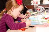 Fototapety Mädchen beim malen mit Bundstift