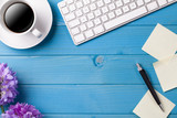 Schreibtisch mit Kaffee, Tastatur und Blumen - Fine Art prints