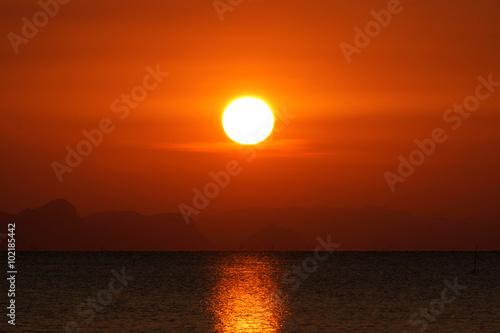 In de dag Ochtendgloren Sunset sky and big sun over the lake.
