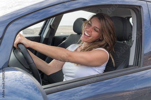 Leinwanddruck Bild Attraktive Frau singt im Auto