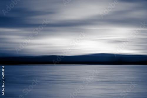 Desenfoque abstracto lago al atardecer colores frios - 102199816