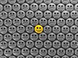 Faccia felice tra tristi perplesse