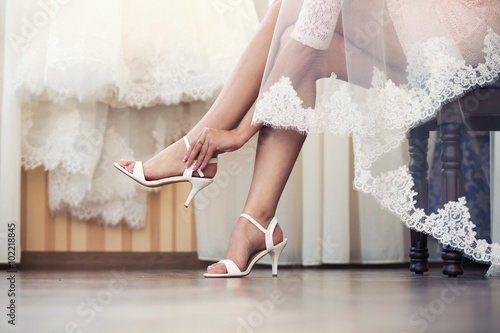 Plakat the bride puts on shoes  feet