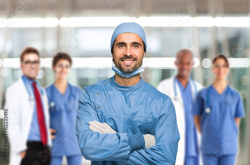 obraz PCV Smiling surgeon in front of his team