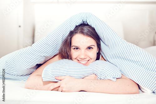 Giovane ragazza nel letto Poster