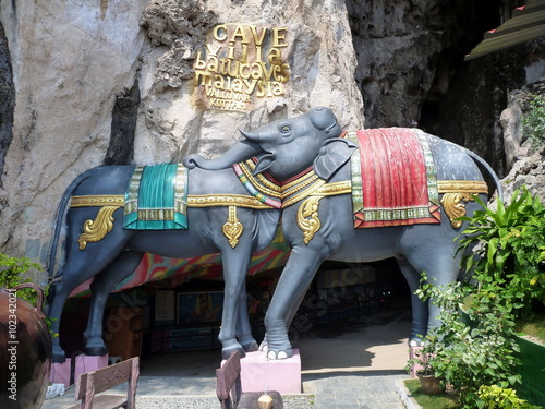 Optische Täuschung, Relief an einem Heiligtum, ein Kopf für Elefant und Kuh Poster
