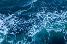 Blauwe zee textuur met golven en schuim