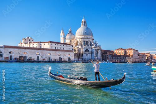 Poster Canal Grande und die Basilika Santa Maria della Salute mit Gondoliere in Venedig