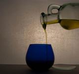Jarra de aceite y vaso de cata.