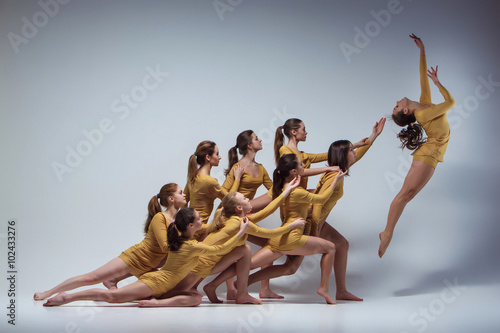 mata magnetyczna The group of modern ballet dancers