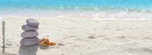 panoramica de una playa con piedras y arena - 102447020