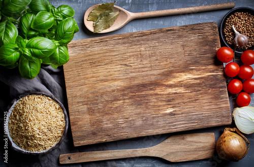 gotowanie tła ze starą deską do krojenia