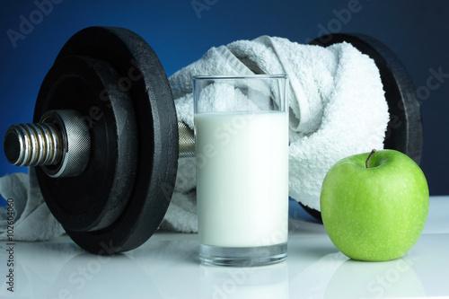 Hantel mit Apfel, Milch und Handtuch Poster