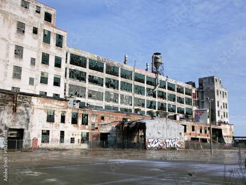 Fotobehang Gebouw in Puin Abandoned industrial warehouse exterior in Detroit, Michigan - landscape color photo