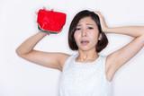 空っぽの財布 困る女性